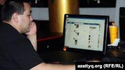 Интернет-кафеде отырған адам. Алматы, 2 мамыр 2012 жыл. (Көрнекі сурет)