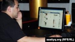 Пользователь Facebook в компьютерном клубе в Алматы.