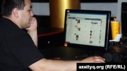 В одном из алматинских интернет-кафе. 2 мая 2012 года.