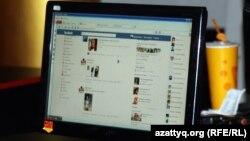 Страница социальной сети на экране настольного компьютера.