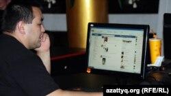 Житель Алматы в одном из городских интернет-кафе, архивное фото.
