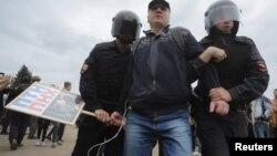 Полиция задерживает участника антикоррупционного митинга 12 июня в Санкт-Петербурге
