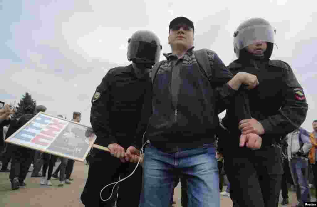 ОМОН задерживает участника несогласованной акции на Марсовом поле в Петербурге