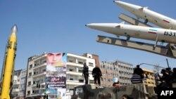 نمایش موشکهای شهاب ۳ (چپ) و ذوالفقار (راست) در مراسم حکومتی روز قدس در تهران