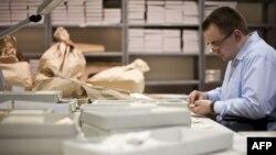 """В процессе сортировки документов """"Штази"""" в бывшей штаб-квартире организации, Берлик, 12 января 2012"""
