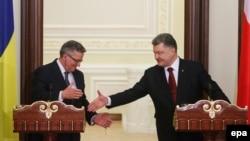 Президент Польщі Броніслав Коморовський (л) на зустрічі з президентом України Петром Порошенком, 8 квітня 2015 року