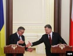 Президент України Петро Порошенко та президент Польщі Броніслав Коморовський. Київ. 8 квітня 2015 року