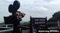 Памятник в Мариинском парке с табличкой «Олег Сенцов», 13 июля 2017 года