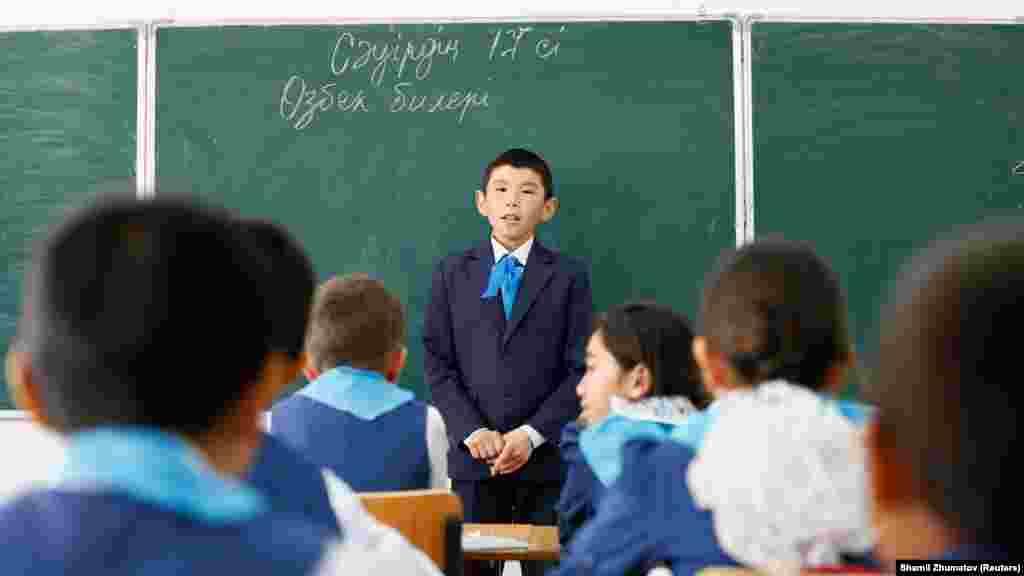 Мальчик у доски в школе села Боген.
