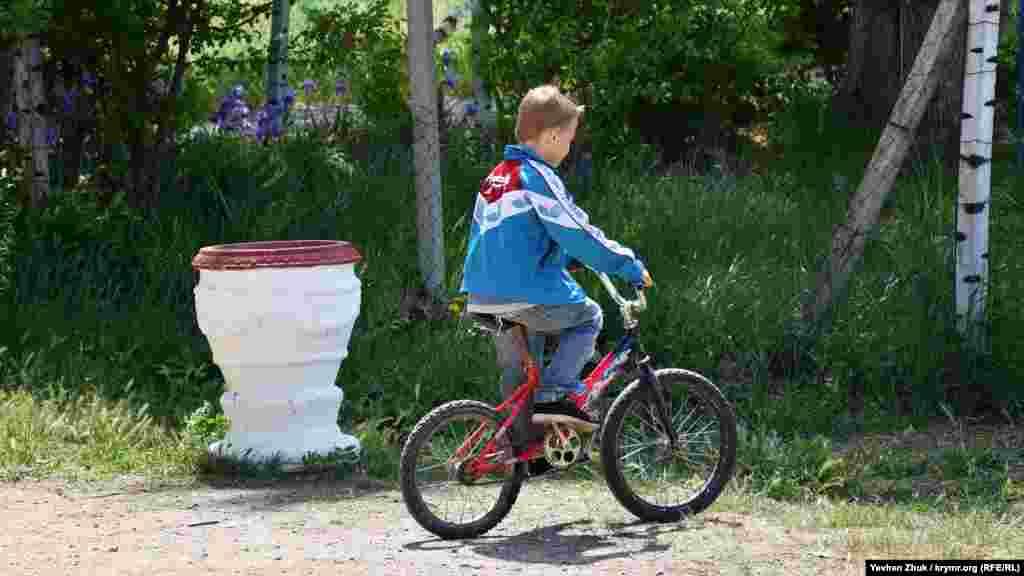 Юный сельский велосипедист