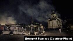 Знищений внаслідок бойових дій тролейбус біля залізничної станції у центрі Донецька, серпень 2014 року