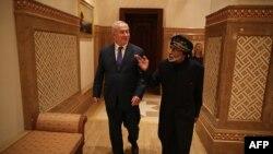 بنیامین نتانیاهو، نخستوزیر اسرائیل (چپ) در دیدار با سلطان قابوس، حاکم عمان