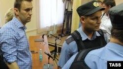 18 июля 2013-го года, Алексея Навального выводят из зала суда в Кирове.