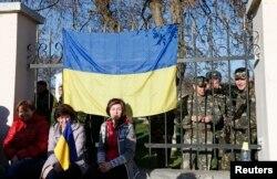 Рідні українських військових чергують біля воріт військової частини у Сімферополі, 3 березня 2014 року