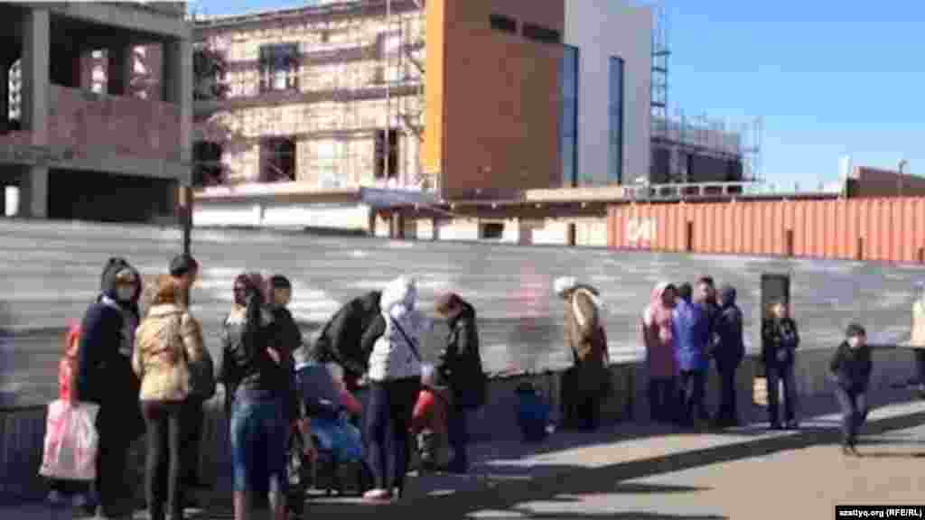 Жильцы комплекса «Махаббат» в Астане 18 сентября провели перед зданием генеральной прокуратуры акцию протеста против возможного выселения. Договор от 2009 года позволял жить им в бывшем общежитии на условиях аренды. Однако смена собственника и решение суда поставили жильцов перед необходимостью освободить квартиры. Освещавший акцию протеста жителей корреспондент Азаттыка Оркен Жоямерген был задержан полицией при выполнении редакционного задания. Полицейские объяснили задержание отсутствием разрешения на съемку здания генеральной прокуратуры. Однако продержав журналиста полтора часа в полиции, его отпустили, не предъявив никаких претензий.