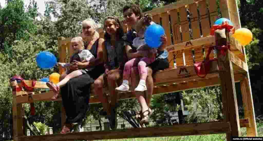 У Семінарському сквері Сімферополя у п'ятницю, у Всеросійський день сім'ї, любові й вірності, відкрили першу в Криму гігантську лавочку. Це лава три метри завширшки і два метри двадцять сантиметрів заввишки. 8 липня
