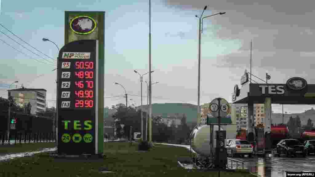 Однако цены на бензин выросли и в соседней России.Там после очередных выборов президента топливо подорожало на 10%. Эксперты связывали такой рост цен с повышением акциза на топливо.В январе 2018 года в правительстве России решили повысить его на один рубль, рассчитывая получить в бюджет дополнительно 40 миллиардов рублей