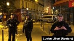 Парижде ер адам пышақпен көшедегі жұртқа шабуыл жасаған аумақта жүрген қауіпсіздік қызметінің сарбаздары. Франция, 12 мамыр 2018 жыл.