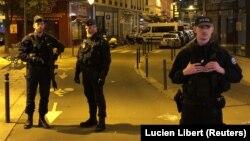 Парижде көшедегі жұртқа пышақпен шабуыл жасалған аумақта жүрген қауіпсіздік қызметінің өкілдері. Франция, 12 мамыр 2018 жыл.