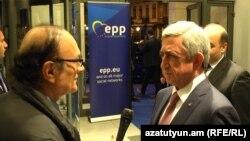 Президент Армении Серж Саргсян (справа) дает эксклюзивное интервью директору Радио Азатутюн Грайру Тамразяну, Брюссель, 23 ноября 2017 г.