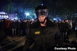 Полицейский на фоне митинга против фальшивых выборов. Тюмень, 10 декабря 2011 года.