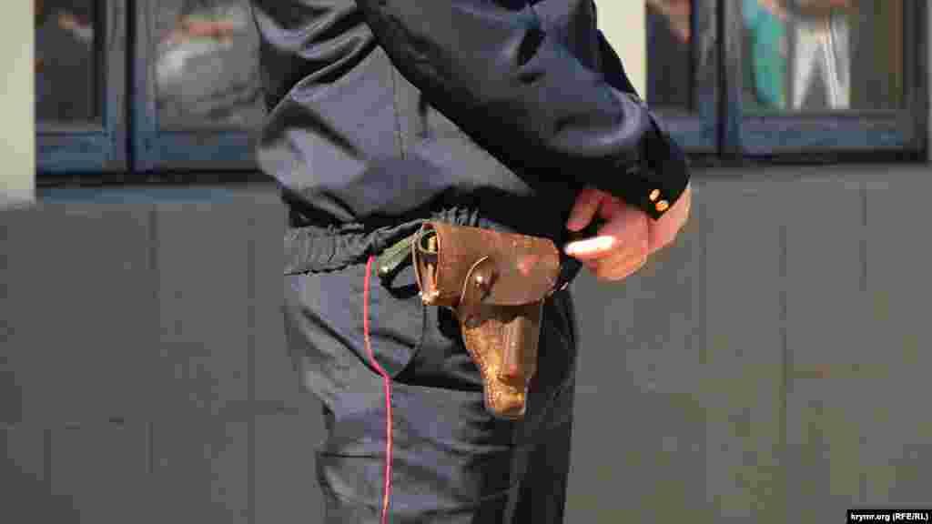 Первомайские праздники в Керчи ознаменовались большим количеством вооруженных силовиков. Полицейские с табельным оружием наблюдают за порядком на демонстрации. У многих имеются ручные металлоискатели. Силовики с собаками проводят патрулирование улиц и окрестных дворов.