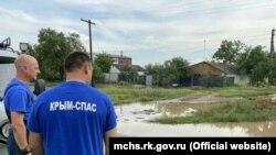 Крымские спасатели ликвидируют последствия затопления в Белогорском районе