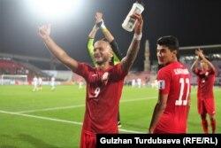 Игроки сборной Кыргызтана Эдгард Бренхардт и Бекжан Сагынбаев празднуют победу.