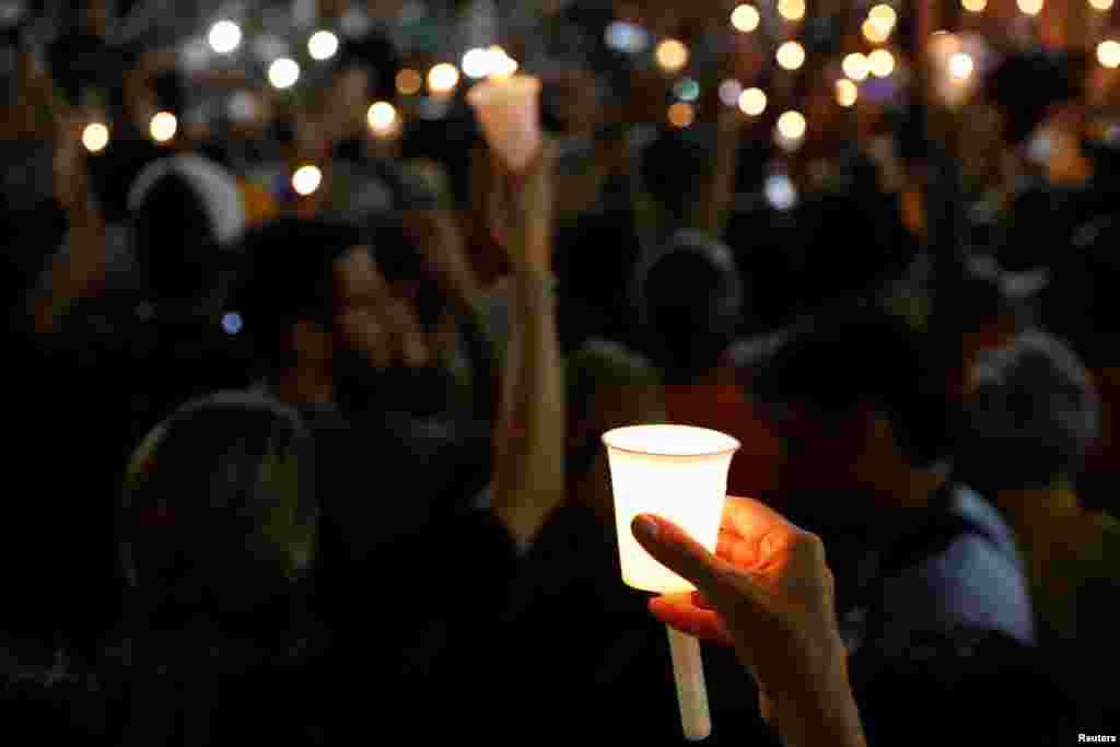 Почти за три года протестов, по официальным данным, в столкновениях с полицией погибло не менее 70 человек. На фото – жители Каракаса на мемориальной церемонии в честь погибших во время уличных протестов.