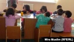 Дети с диагнозом ВИЧ рисуют в шымкентском реабилитационном центре «Мать и дитя». Иллюстративное фото.