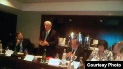 السناتور فرانك وولف يتحدث في المنتدى