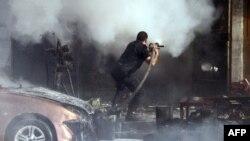 Սիրիայի մայրաքաղաք Դամասկոսի թաղամասերից մեկի գնդակոծումից հետո հրշեջները փորձում են մարել հրդեհը, 13-ը մարտի, 2013թ.