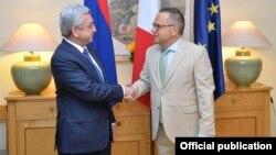 Президент Армении Серж Саргсян (слева) и посол Франции в Армении Жан-Франсуа Шарпантье, Ереван, 14 июля 2017 г. (Фотография - пресс-служба президента Армении)