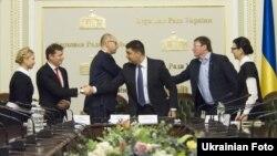 Лідери партій «Блок Петра Порошенка», «Народний фронт», «Самопоміч», «Батьківщина» та «Радикальна партія». Архівне фото