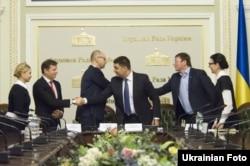 Представники політичних партій після підписання коаліційної угоди. Київ. 21 листопада 2014 року