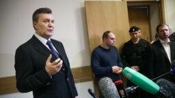 Бывший президент Украины Виктор Янукович (слева) общается с журналистами после выступления в Дорогомиловском суде