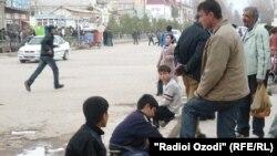 Дети, зарабатывающие на рынке Курган-Тюбе