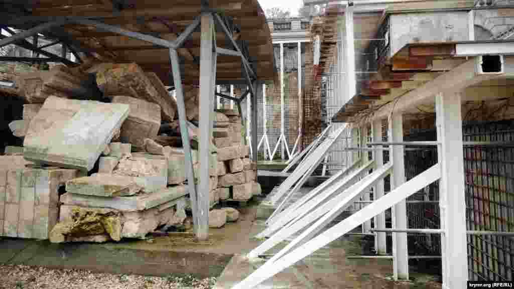 Великі Мітрідатські сходи –один із головних символів Керчі, постраждалаи від часткового обвалення 2015 року. Арочний звід на одному з прольотів сходів тріснув по всій площі. Пізніше сходові прольоти зміцнили залізними балками.