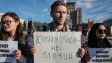 Kyivdeki Mustaqillik meydanında Qırımlı vatandaş jurnalisti Nariman Memedeminovğa qol tutuv aktsiyası. 2019 senesi oktâbrniñ 1-i. Arhiv fotoresimi