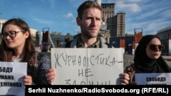 Taras İbragimov qırımlı bloger Nariman Memedeminovğa qoltutuv aktsiyasında, Kyiv, 2019 senesi oktâbrniñ 1-i