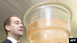 """Побывав в Дубне, Дмитрий Медведев, наверное, понял, отчего один из новых химических элементов назвали """"дубнием"""""""