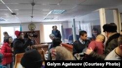 В суде по делу пяти жителей села Кызылагаш Алматинской области, обвиняемых в хулиганстве после инцидента с дракой с иностранными рабочими. Поселок Жансугурова, Алматинская область, 20 декабря 2019 года.