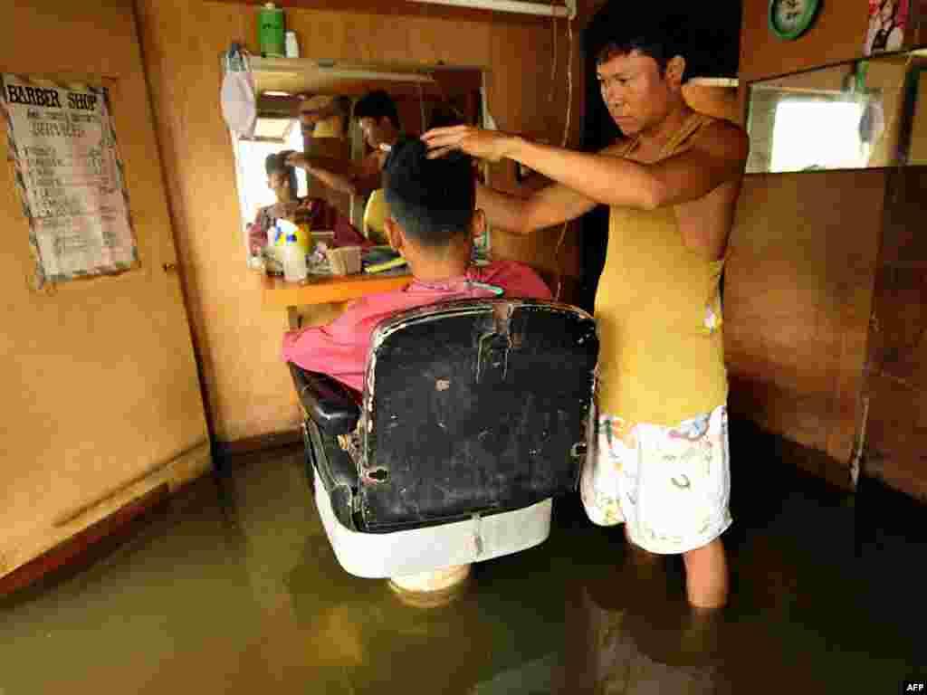 Затопленная парикмахерская в Маниле, Филиппины