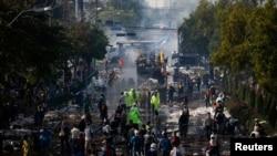 Pamje pas përleshjeve të policislë dhe protestuesve në kryeyeqytetin Bangkok në Taljandë