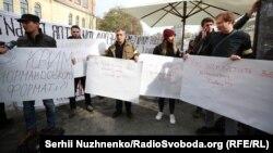 Протестувальники зібралися під стінами фудмаркету зі своїми питаннями до президента Зеленського