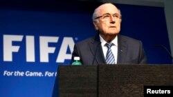 Зепп Блаттер ФИФА президенттігінен отставкаға кететінін мәлімдеп тұр. Цюрих, Швейцария, 2 маусым 2015 жыл.