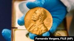 یکی از کارکنان کتابخانه ملی کلمبیا، مدال نوبلی را که به مارکز رسید نشان میدهد.