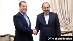 Armenia - Prime Ministers Nikol Pashinian (R) of Armenia and Dmitry Medvedev of Russia meet in Yerevan, April 29, 2019.