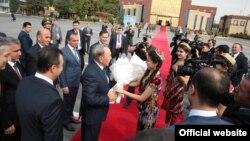 Президента Казахстана Нурсултана Назарбаева встречают в Душанбе. 14 сентября 2015 года.