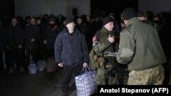 Momente të shkëmbimit të të burgosurve në mes të forcave pro-ruse dhe forcave qeveritare të Ukrainës